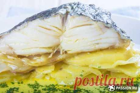 Треска с картофелем трески — 4 кусочка картофель — 4 шт. (крупных) лук — 3 шт. (крупный) портвейн, коньяк или бренди — 1 стакан паприка — 1 ч. ложка оливковое масло мука соль