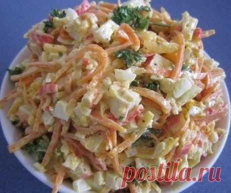 Очень простой салат с морковью, сыром и крабовыми палочками  ИНГРЕДИЕНТЫ:  морковь по-корейски 200 г палочки крабовые 200 г сыр твердый 100 г яйца 4 шт. чеснок 1 зубчик лук зеленый 1 пучок укроп 1 пучок перец черный молотый майонез соль  ПРИГОТОВЛЕНИЕ: 1 Корейскую морковь необходимо немного измельчить, порезав длинную соломку на несколько частей. Сыр натереть на крупной терке или порезать тонкой соломкой. 2 Крабовые палочки и вареные яйца порезать тонкой соломкой или небол...
