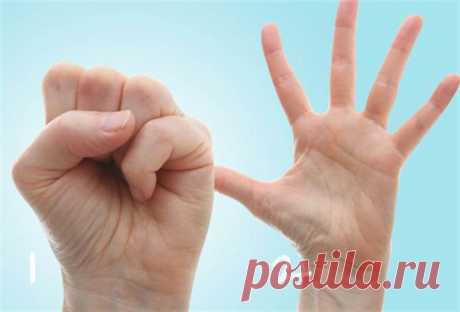 10 простых упражнений для кистей рук при артрозе Еслирукиболят и двигаются с трудом, попытайтесь согреть их перед выполнением упражнений. Это облегчает движения и растяжку. Используйте грелку или горячую воду (10 минут). Чтобы разогреть глубокие с…