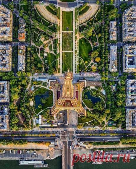 ༺🌸༻ А в Париже, говорят, всё по-старому, Не пугается никто летом дождика… Ситроены растворят вечер фарами, На Монмартре утром встанут художники. А на Пляс де ля Конкорд - все в согласии, Нынче зона, говорят, пешеходная. Парижанин подбежал, чмокнул пассию – Парижанка - потому - очень модная. Обелиски Пер ля Шез - смотрят вехами, Со слезами, говорят, там не справиться. А гетеры с Пляс Пигаль - переехали, Нынче им на Сен-Дени больше нравится.