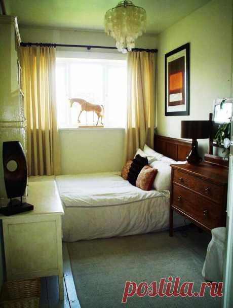 Как правильно поставить кровать в спальне, как нельзя ставить (19 фото) - cozyblog - медиаплатформа МирТесен Ощущать максимальный комфорт, находясь у себя дома, получится в случае, когда созданы все необходимые условия. Правильно подобранная цветовая палитра, стиль интерьера и расстановка мебели – все эти моменты важно учитывать. При обустройстве спальни особое внимание стоит уделить установке кровати,
