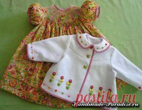 Вышивка розочек рококо для детской одежды Вышивка розочек рококо для детской одежды способна видоизменить любую вещь: платьице, костюмчик, шапочка или детские носочки.