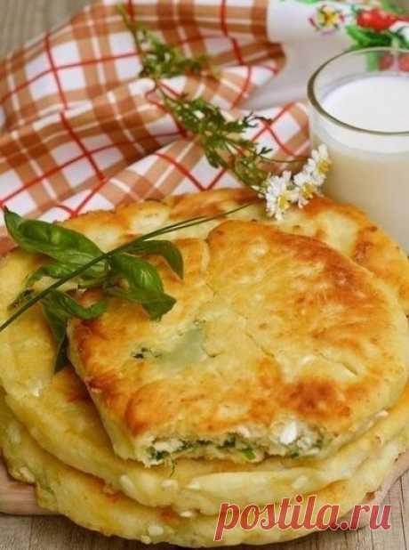 Сырные лепешки с разными начинками!.  =Ингредиенты 1 ст. кефира или йогурта 1 ст. тертого твердого сыра (можно смесь сыров) 2 ст. муки 0,5 ч. ложки соли 0,5 ч. ложки сахара 0,5 ч. ложки соды    для начинки  пучок зелени на свой вкус копченая грудинка или ветчина или колбаса горсть тертого сыра оливковое или растительное масло для жарки