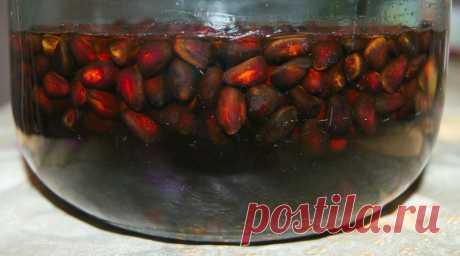 От миомы и кисты настойка из кедровых орешков =Приготовление настойки: Один стакан кедровых орешков вместе с кожурой и ядрами залить 0,5 литра водки (или разведённого спирта), настоять 2 недели в тёмном месте, периодически встряхивая. =Приём настойки: По одной столовой ложке настойки три раза в день, за 30 минут до еды. Можно развести в 40 мл. воды. =Лечение длительное, 3-6 месяцев. В идеале надо выпить 6 бутылок, но многим помогает и 2. Для контроля делайте узи.