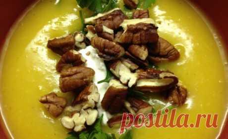 Суп из тыквы с имбирем   На 6-7 порций 2 кг тыквы или патиссона – очищаем от мякоти и кожицы, режем кубиками (на выходе ~ 8 стаканов) 2 яблока «Гренни Смит» (твердые и зеленые) – очищаем от кожицы и режем аналогичными кубиками 1 луковичка – режем 4 зубчика чеснока – режем дольками 1 ч.л. молотого имбиря 3 стакана овощного бульона 1/4 стакана порубленной петрушки