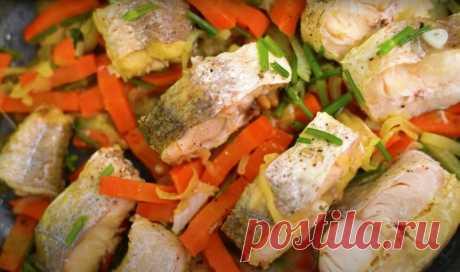 Минтай (хек з овочами) 800 г риби (минтаю або хека), 2 цибулини, 1 морквина, 2 ст. ложки масла, 1 пучок кропу (можна самі стебла, без зелені), 1 лавровий листок, сіль, перець. Рибу почистити, видалити плавники та чорну плівку всередині, нарізати порційними шматочками, посолити. Цибулю нарізати півкільцями, моркву крупною соломкою, кріп крупно посікти. На сковорідці розтопити […]