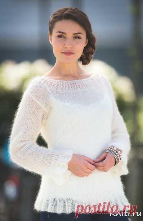 Белый свитер спицами из мохера.