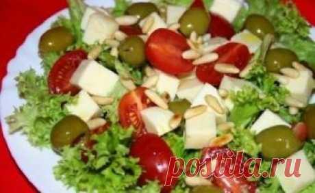 Салат с моцареллой и помидорами