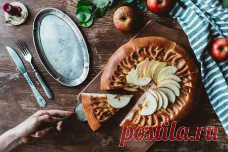 Время пирогов: топ-6 лучших рецептов выпечки с яблоками За окном — золотая осень, время шуршащих под ногами оранжевых листьев, красивых пейзажей, теплых шапок и шарфов. А если погода немного испортится и начнется затяжной дождь, не беда, ведь дома есть чайник, уютный плед, хорошая книга и продукты, из которых можно приготовить одно из лучших лекарств от осенней хандры. Да, речь идет о всеми любимой выпечке с яблоками, которые сейчас как раз в самом изобилии.