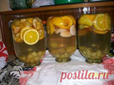 На 3 банку - 2 яблока, 2 персика, горсть винограда, 3-4 дольки апельсина, 300г. сахара, помыть. Персики и яблоки порезать на дольки, апельсины- кружочками.Выложить в банку. Залить кипятком и дать постоять минут 10. Затем слить воду в кастрюлю, добавить сахар, довести до кипения и кипятить 5-7 минут. Залить банки горячим сиропом и закатать. Вместо персиков можно взять нектарин или абрикос Можно добавить дольку лимона.