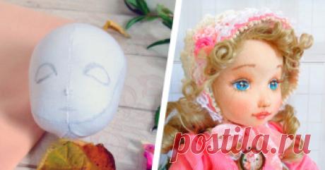 Делаем объемное личико текстильной кукле Выкройка кукольной головки: Выкраиваем по косой 2 детальки лица и затылка и сострачиваем, оставляя отверстие для шеи открытым. Выворачиваем, очень плотно набиваем синтепухом.