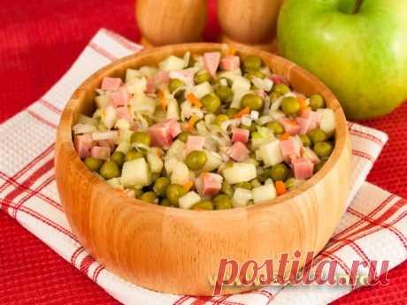 La ensalada con la col en salmuera, el jamón y la manzana