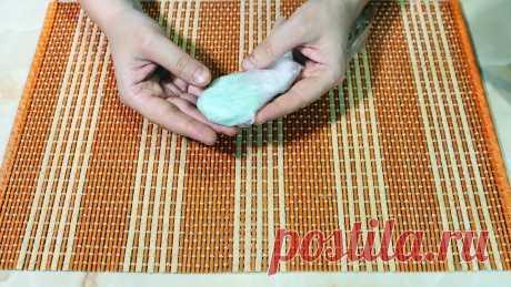 Кидаем самодельный пакет и унитаз сияет и благоухает долгое время Освежающие чистящие таблетки для унитаза вещь хорошая, но можно обходиться и без них, используя самодельное средство. Сделанный своими руками их аналог в 10 раз дешевле, при этом работает не хуже.Что потребуется:мятная зубная паста – 1 ст.л.;пищевая сода – 1 ст.л.;стиральный порошок – 1