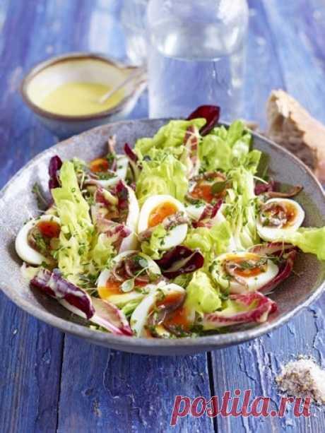 Конечно, на Пасху готовим много блюд из яиц; вот такой салат из яиц можно приготовить и на Пасху, и в любой другой день.  Салат из яиц Эпический салат из яиц, - так называет его Джейми Оливер.