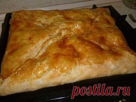КУБИТЕ! Одно из самых вкусный блюд греческой кухни! 1) слоеное тесто. 2) курица. Курицу порезать на кусочки, посолить, поперчить по вкусу. 3) картофель. Порезанный, как на фото. Также посолить(не много) 4) Лук, порезанный как угодно. 5) Сливочное масло. 6) Яйцо, преимущественно, желток, чтобы сверху смазать пирог, для корочки. Тесто выкладывается в противень, а в него уже — начинка и все потом заворачивается, как конверт. на низ — картофель, сверху мясо, сверху лук(на фото...