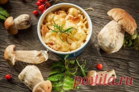 Жюльен из курицы с грибами. Ингредиенты: Курица — 250 г Шампиньоны — 250 г Лук — 3 шт. Сыр — 150 г Сметана — 130 мл Мука — 2 ст. л. Соль — по вкусу Перец — по вкусу Приготовление: 1. Приготовление любого жюльена начинается с грибов. Традиционно считается, что нужно для такого рецепта нужно все ингредиенты нарезать соломкой. Но если у вас так не получится, то ничего страшного. 2. Промываем шампиньоны или любые грибы, которые у вас есть, и после нарезаем их. Сразу отправляем обжариваться на растит