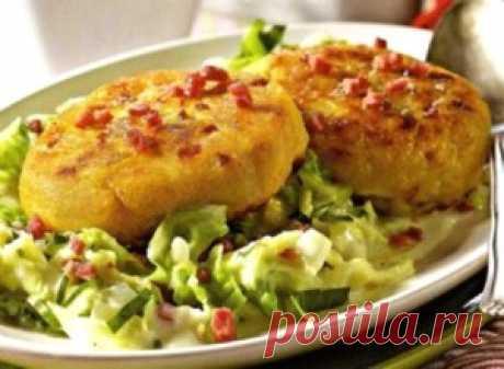 Картофельные биточки. Добавив к горячим картофельным биточкам  салат из овощей или рыбы , можно скомпоновать  самостоятельное второе блюдо довольно сытное  и полезное.