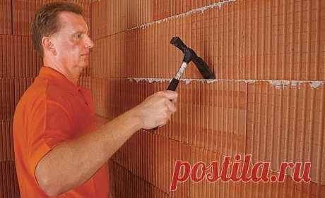 Штукатурка кирпичной стены   Если у вас есть кирпичная стена, то её непременно нужно заштукатурить, если вы, конечно, не хотите устроить комнату в стиле лофт. Это может быть новый дом с черновой отделкой или вообще без отделки или старый дом, в котором в процессе капитального ремонта все слои штукатурки были счищены со стен - разницы не играет. Штукатурка кирпичной стены своими руками позволит подготовить помещение к окончательной отделке.   Пошаговая инструкция   Перед на...
