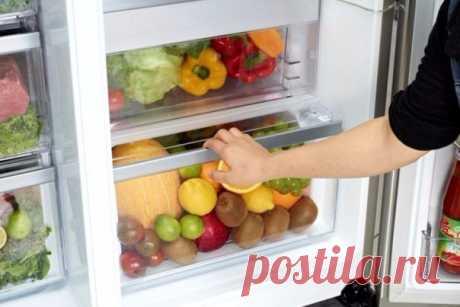 Где правильно хранить овощи и фрукты?  Абрикосы: в холодильнике.  Авокадо: можно хранить при комнатной температуре или в холодильнике. В холодильнике авокадо будет медленнее созревать. Показать полностью…