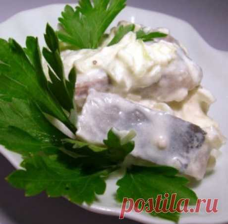 Сельдь в сметане по-польски. Выложить сельдь на рыбную тарелку и  сверху посыпать тертым яблоком, посыпать   сахаром и полить лимонным соком