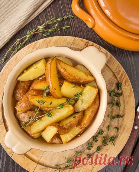 Печеные картофельные дольки с сыром, чесноком и душистым тимьяном. Прекрасное дополнение к любому мясу и птице.