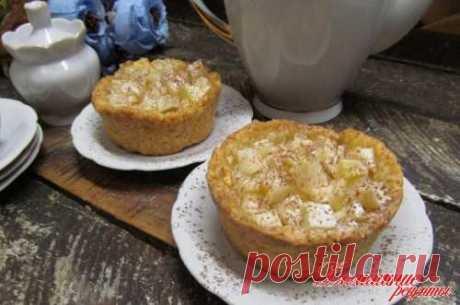 Пирожное с яблоком. Такие пирожные готовятся на песочном тесте в маленьких порционных формочках. Начинка простая - из яблока. Вы можете усложнить и сверху водрузить взбитые сливки.