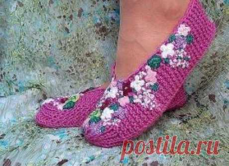 HOW JUST TO CONNECT COZY SLIPPERS BY SPOKES?\u000d\u000aMATCH VERY SIMPLY AND QUICKLY.\u000d\u000aLet's quickly connect house-shoes and we will decorate them with a bright summer embroidery!\u000d\u000aThe slippers socklets connected by spokes. Very fast and simple option, \u000d\u000ait is available to the most inexperienced skilled worker. Slippers are decorated with florets, \u000d\u000aconnected by a hook, and a fantasy embroidery wool. The embroidery is added \u000d\u000abeads.\u000d\u000aThe size of slippers – any. According to the submitted description – from the 37th to\u000d\u000a The 40th.\u000d\u000aMaterials: any yarn (not thin), remains shers