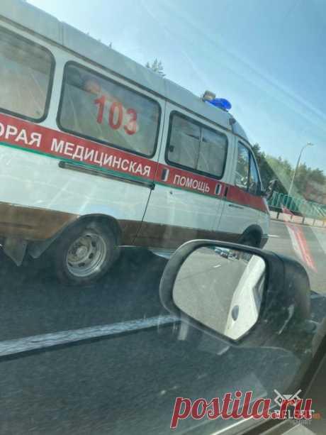 """Pekвием по стране on Twitter: """"Так называемые власти настолько боятся бело-красно-белого, что добрались уже и до машин скорой помощи. Да, они пририсовали зелёную полосу. Фото: @belsat https://t.co/ncim5mLahm"""" / Twitter"""