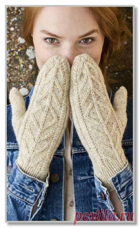 Однотонные рукавицы с рельефным узором.