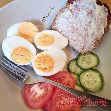Пример похудательного меню на 1500 ккал  Завтрак:  • 2 яйца (всмятку/отварных)  • Огурец, помидор  • Кусочек цельнозернового хлеба с творожным сыром  • Травяной чай    Перекус:  • Творог 1% 150 гр, половина банана или горсть ягод, корица по вкусу   Обед:   • Легкий овощной бульон, 1 яйцо  • Гречка + овощи  • 1 котлеты из куриного филе запеченные     Полдник:  • Яблоко или 10 орешков   Ужин  • Салат из свежих овощей 250 гр, кофейная ложка масла  • Запеченная рыба 150 гр