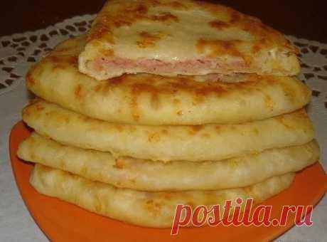 Сырные лепешки за 15 минут  Ингредиенты: Кефир — 1 стак. Соль — 0,5 ч. л. Сахар — 0,5 ч. л. Сода — 0,5 ч. л. Сыр твердый (тертый) — 2 стакана (250гр на тесто и 100гр в начинку) Ветчина (или колбаска, или сосиски, тертые на терке) — 2 стак. (примерно 350-400 гр в начинку) Мука — 2 стак.  Приготовление:  1. В кефир добавить соль, сахар, соду, хорошо перемешать. 2. Добавить сыр твердых сортов и муку.Хорошо перемешать. 3. Полученное тесто разделить на колобки (фото 1), раската...