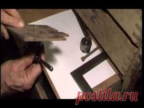 Универсальный плашкодержатель для точного нарезания резьбы плашкой и метчиком.