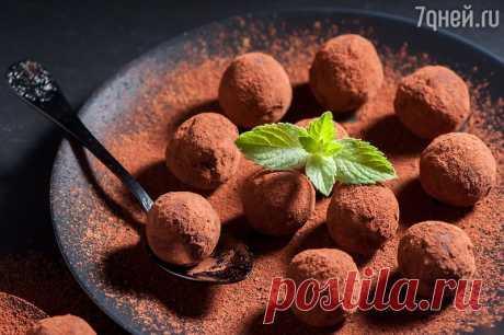 Шоколадные трюфели: рецепт от кондитера Бадди Валастро Несмотря на отсутствие в рецепте сливок и сливочного масла, трюфели обладают насыщенным вкусом и при этом не содержат холестерина.  Ингредиенты:   230  г темного шоколада (минимум 70% или выше) 3/4 ст…