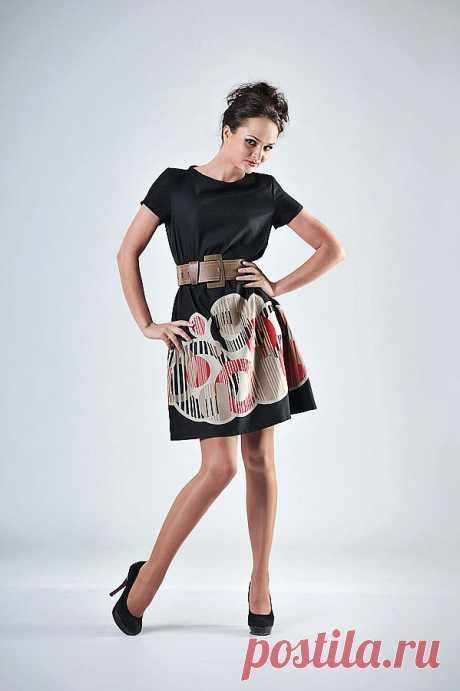 платье из купонной европейской ткани, цвет черный с красно-серой каймой, прямого силуэта, подойдет на любую фигуру, с коротким рукавом, вырез неглубокая лодочка  р 42-44 состав : шерсть 70% вискоза 30%