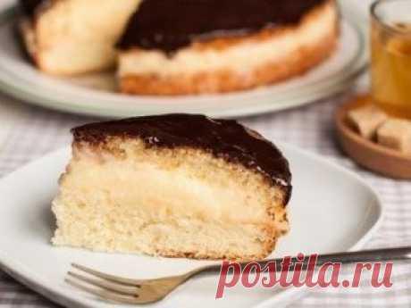 Бостонский кремовый торт            Корж: 125 г муки 1 ч. л. разрыхлителя 120 г сахара 4 яйца 1 ч. л. лимонного сока 3 ст. л. растительного масла     Глазурь: 30 мл жирных сливок 100 г черного шоколада Крем: 500 мл молока 2 я…