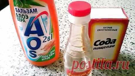 Почистить ковер в домашних условиях? Легко!!! - Страница 2 из 2 - cool-life.ru Также понадобится средство для мытья посуды, горячая вода половина литра, но не кипяток, и пустая тара (любого размера: главное, чтобы была с распылителем). Берем тару побольше, потому что эта смесь будет пениться. В подходящую посуду наливаем воду с моющим средством и добавляем туда столовую ложку пищевой соды. Моющего средства тоже необходимо столовую ложку влить. И …