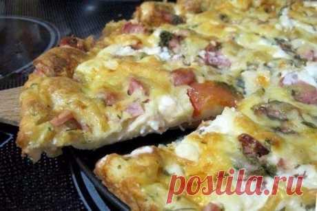 Пицца-минутка: отменный вкус без особых хлопот  Ингредиенты  Для теста:  Сметана — 4 ст. л. Майонез — 4 ст. л. Яйца куриные — 2 шт. Мука пшеничная — 9 ст. л.  Для начинки:  Ветчина — 50 г Салями — 50 г Сосиски — 50 г Сыр твердый — 50 г Маслины — 6 шт. Томаты — 2 шт. Специи Майонез Масло растительное  Приготовление:  1. В емкости смешиваем майонез и сметану. 2. Добавляем яйца и все взбиваем. 3. Кладем муку и снова все тщательно перемешиваем. 4. Готовим начинку. Ветчину, сал...