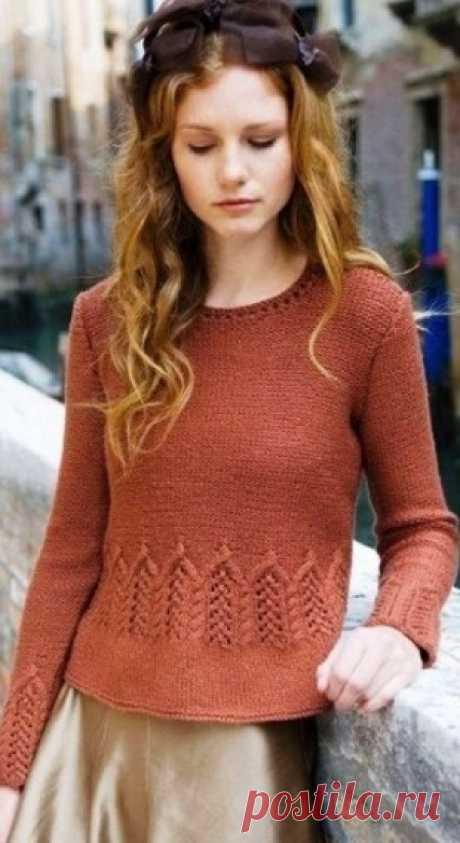 Пуловер с ажурной полосой спицами
