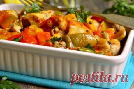 Тушеное куриное филе с болгарским перцем: простой и правильный ужин! Куриное филе, тушеное в овощами - это отличное блюдо к ужину для тех, кто придерживается правильного питания. Содержит большое количество белка и витаминов.