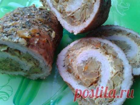 Свиной рулет с квашеной капустой и яблоками