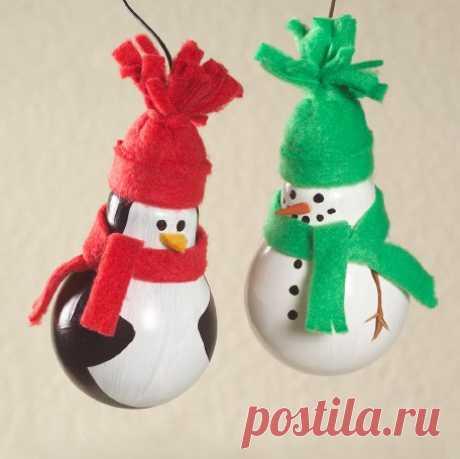 Поделки на Новый год для детей. Пингвин и снеговик из старых лампочек.