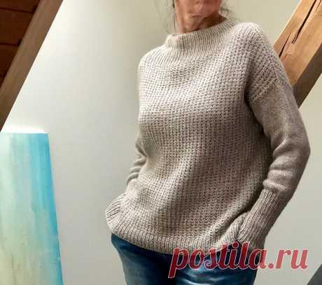 """СВИТЕР  Стильная модель женского свитера оверсайз, связанного из двух видов тонкой благородной пряжи на спицах 4.5 мм. Свитер вяжется от воротника (который подворачивается на изнанку и подшивается изнутри) с прибавления по типу реглана погон. Сначала все петли вяжутся обычной резинкой 1х1, потом узором резинка """"кукуруза"""" (только в этом случае изнаночная сторона идет с лица). Рукава вяжутся от пройм чулочной вязкой и резинкой 1х1.  Размеры: один размер  Материалы: пряжа LAM..."""