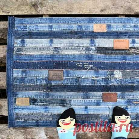 Идеи ковриков из старых джинсов Джинсы могут годами лежать в шкафу, но так и не найти применения. Попробуйте, например, сделать своими руками джинсовый коврик. Он может быть выполнен в технике вязания, плетения или простого шитья.Э...