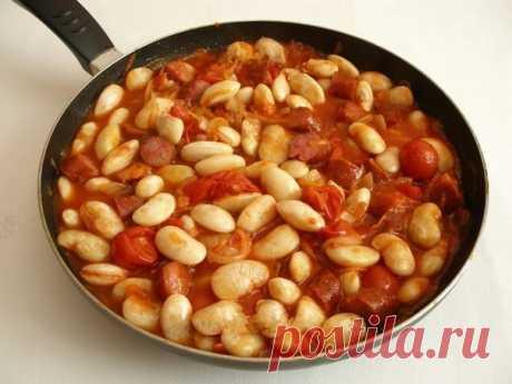 """Белая фасоль в томатном соусе с """"Охотничьими"""" колбасками. Предлагаю приготовить вкусную и ароматную белую фасоль в томатном соусе. Особый смак блюду придают острые охотничьи колбаски. Если Вам не достаточно остроты, можно добавить немного свежего перца чили."""
