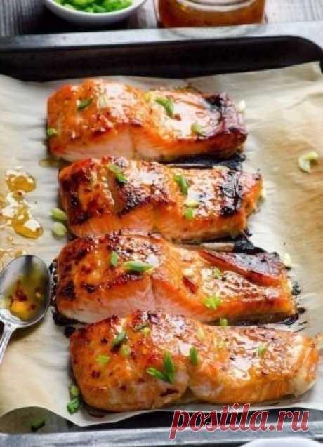 Рыба, запеченная в фольге.  Ингредиенты: ● Рыба (любая красная) — 2 стейка ● Лук — 1/2 шт. ● Лимон — пару кусочков ● Лавровый лист — пару штук ● Черный перец, соль ● Помидор — 1 шт. Ингредиенты: 1. Рыбу нарезать стейками.  2. Застелить противень фольгой, выложить на него лук, кусочки лимона (под каждый стейк). 3. Далее стейки поперчить, посолить, полить лимонным соком, положить кусочек томата, лавровый лист. 4. Обернуть фольгой сверху и выпекать около тридцати минут при 180-200° С.