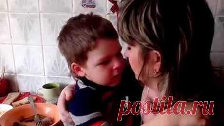 Маленький мальчик до слёз хочет жениться на маме.