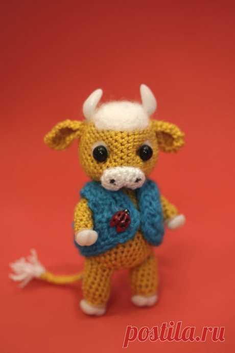 Вяжем маленького бычка крючком простая схема с описанием Сегодня вяжем маленького бычка в стиле амигуруми. Размер - 9 см, лапки сгибаются. Жилетка у бычка снимается. Рожки, копытца и божья коровка сделаны из