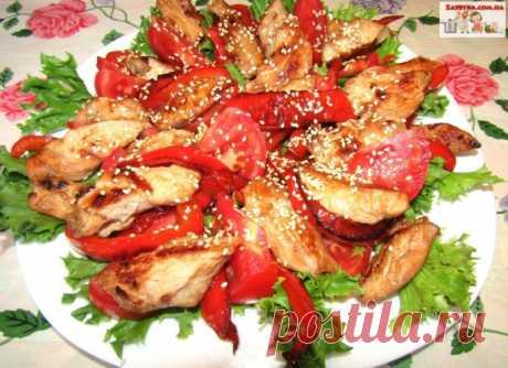 Теплый салат с курицей, помидорами и перцем — Кулинарная книга