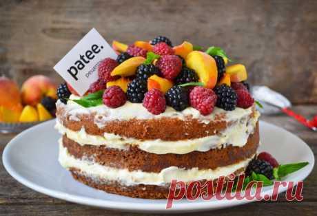 """Голый торт с нежным кремом и ягодами Широко распространенный, популярный и очень модный """"naked cakes"""" или """"голый торт"""", без крема по бокам, украшен фруктами и ягодами. Нежный, вкусный, оригинальный и очень модный. Пышный, легкий, ванильный бисквит на горячем молоке, не требующий дополнительной пропитки, нежнейший и в меру влажный. В сочетании с легким сметанным кремом и свежими фруктами и ягодами - это невероятно вкусно. Секрет приготовления прост: нужно хорошо взбить яйца..."""