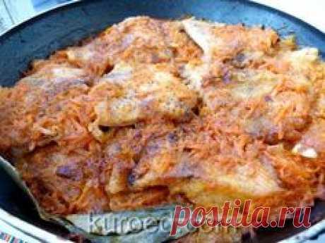El pez frito con hortalizas - la zanahoria y la cebolla